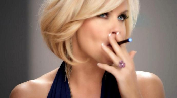 žena fajčiaca elektronickú cigaretu